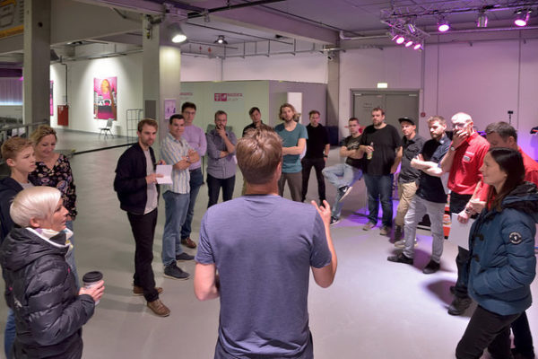Telekom Magenta - Stefan instructs the Team before the show