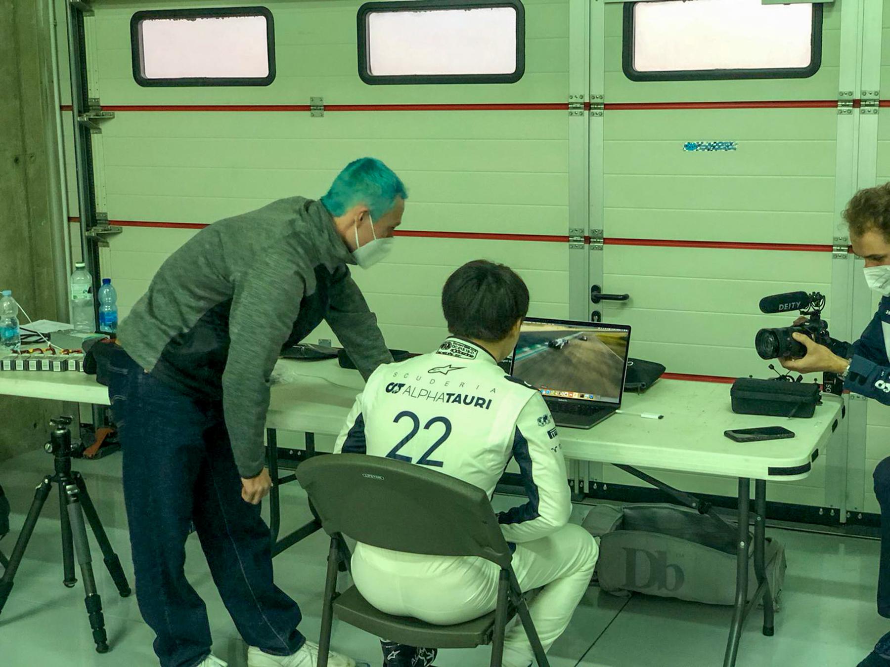 Yuki checking Pauls FPV Clips - Alpha Tauri F1 Shakedown 2021